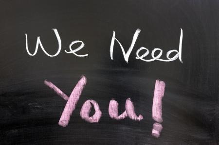 """""""Abbiamo bisogno di voi"""" parole scritte alla lavagna"""