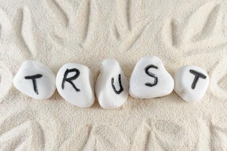 respeto: Confiar en la palabra en el grupo de piedras en la arena
