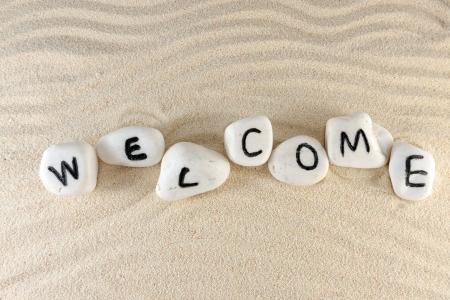 bienvenidos: Bienvenida la palabra en el grupo de piedras con arena como fondo
