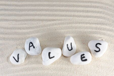 onestà: Valori parola sul gruppo di pietre con sfondo di sabbia Archivio Fotografico
