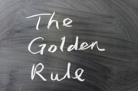 regel: De gouden regel woorden geschreven op het bord Stockfoto