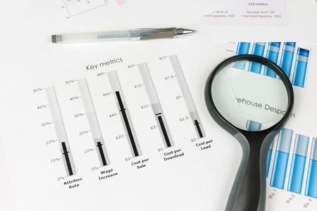 ビジネス グラフそれで拡大鏡を白い紙に印刷