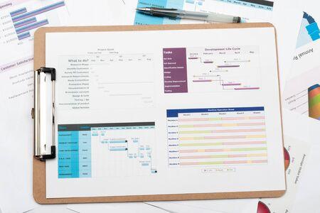 schedules: Diagrama de Gantt impreso en papel blanco con un l�piz sobre el mismo