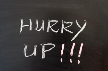 hurry up: Affrettatevi parole scritte sulla lavagna Archivio Fotografico