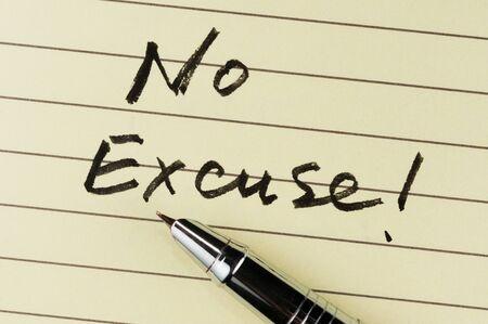 note of exclamation: No hay palabras excusa por escrito en papel rayado con un l�piz sobre el mismo Foto de archivo