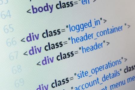 HTML ソース コードをコンピューターの液晶モニターにクローズ アップ