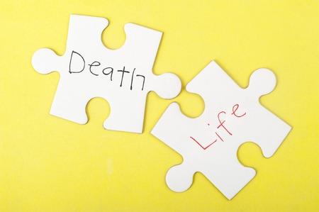 muerte: Muerte y Vida palabras escritas en dos piezas de rompecabezas Foto de archivo