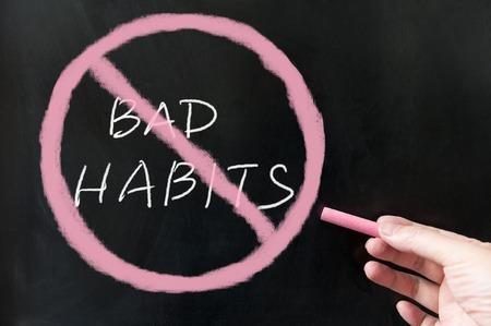 malos habitos: Renunciar a los hábitos de malas palabras y los símbolos en la pizarra con tiza Foto de archivo