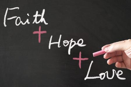 geloof hoop liefde: Faith Hope Love woorden geschreven op het bord met krijt
