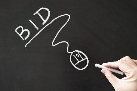 bid: Oferta palabra y el ratón signo que dibujan en la pizarra de tiza usando