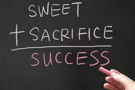 sacrificio: Dulce, más sacrificio igual a las palabras de éxito escritas en la pizarra con tiza Foto de archivo
