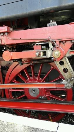 industrieel: Grote rode oude stoomtrein wiel