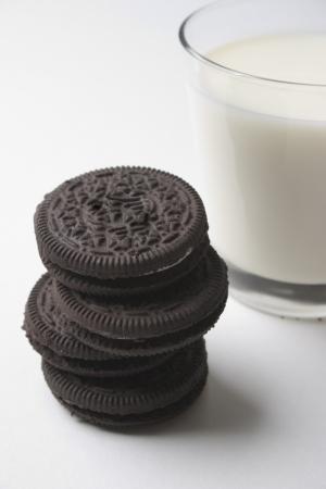 biscuits fourr�s au chocolat et un verre de lait
