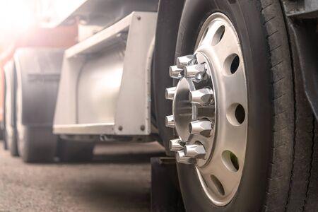 Camion guida su strada. primo piano della ruota del camion, trasporto, sfocatura del movimento