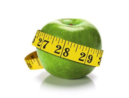 측정 테이프와 녹색 사과