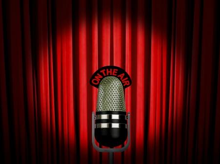 microfono antiguo: Micr�fono de la vendimia en el aire sobre la cortina roja