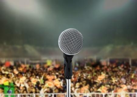 gente cantando: Micr�fono en concierto en vivo