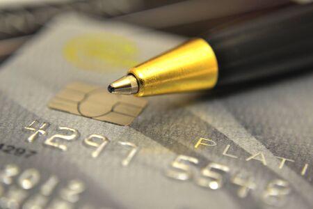 tarjeta visa: Pluma y tarjetas de crédito Foto de archivo