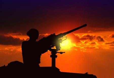 war tank: Soldado en estado de alerta en el tanque armado