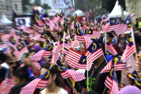 말레이시아 깃발을 흔들며 사람들