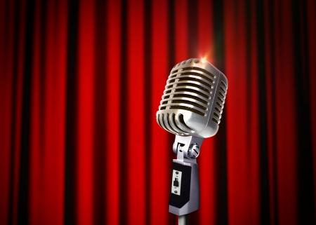 Micrófono de la vendimia sobre cortinas rojas