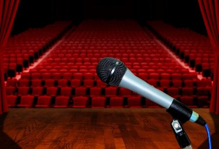 Mikrofon auf der Bühne mit Blick leeren Zuschauersitze