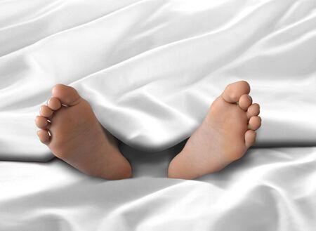 Voeten onder witte deken en laken