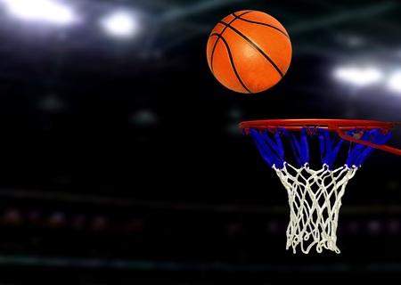 スポット ライトの下でバスケット ボール ゲーム 写真素材