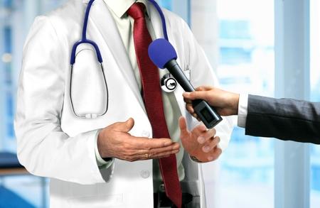reportero: Doctor que habla con micrófono