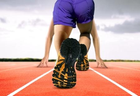 pista de atletismo: Pies del hombre en Pista de atletismo