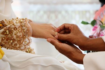 anillos boda: Anillos de bodas en el dedo de novias
