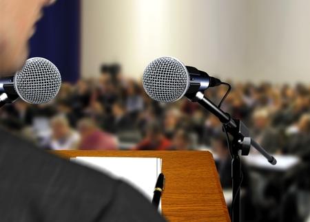 Spreker geeft een toespraak tijdens presentatie