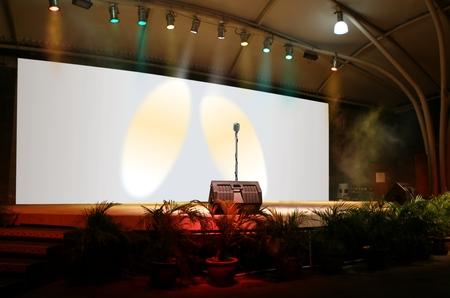 Op het podium live optreden met microfoon