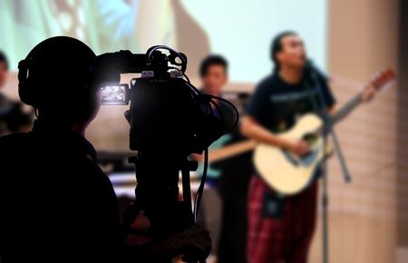 무대에서 라이브 콘서트를 촬영하는 카메라맨 스톡 콘텐츠 - 54534230