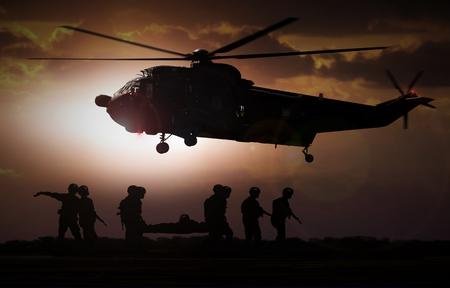 Militärische Rettungshubschrauber bei Sonnenuntergang