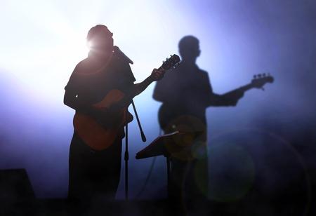 Chitarrista sul palco esibendosi in concerto
