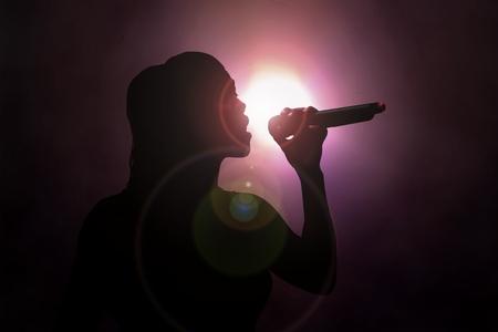 Vrouwen zingen onder schijnwerper