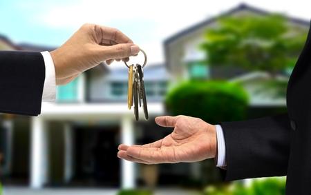 주택 열쇠를 새로운 주택 소유자에게 넘김