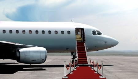 entree vliegtuig vertrek met rood tapijt Stockfoto