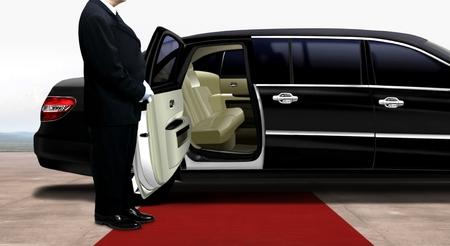 Driver wachten en staan naast de zwarte limousine op een rode loper