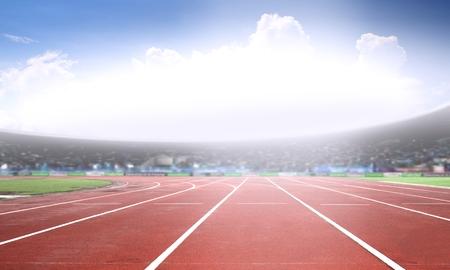 밝은 햇빛 아래 경기장에서 달리기 트랙