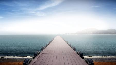 サンライズの中に海の景色に面した桟橋 写真素材
