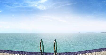 endlos: Infinity-Pool mit Blick auf Meer bei Sonnenaufgang Lizenzfreie Bilder