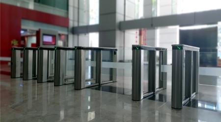 駅入口のアクセス ゲート