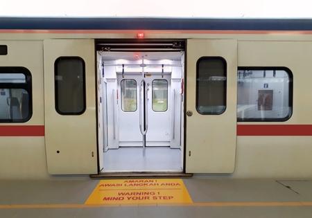 開いたドアと駅のホームでの列車します。 写真素材
