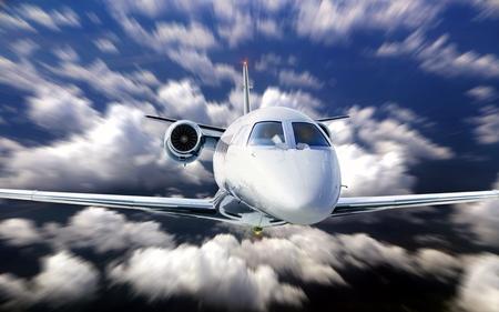 フライング ブルーは曇り空の下でプライベート ジェット