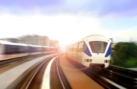 밝은 햇빛 눈부심과 움직임에 현대 라이트 레일 기차 스톡 콘텐츠 - 75372256
