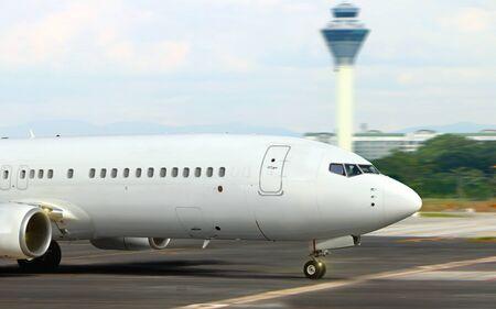 空港から離陸滑走路に飛行機