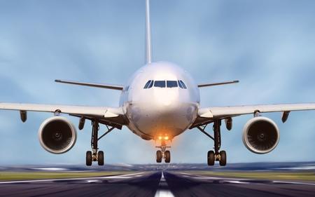 空港の滑走路から離陸する航空機 写真素材
