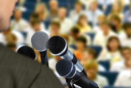 セミナー中にスピーチを与える男